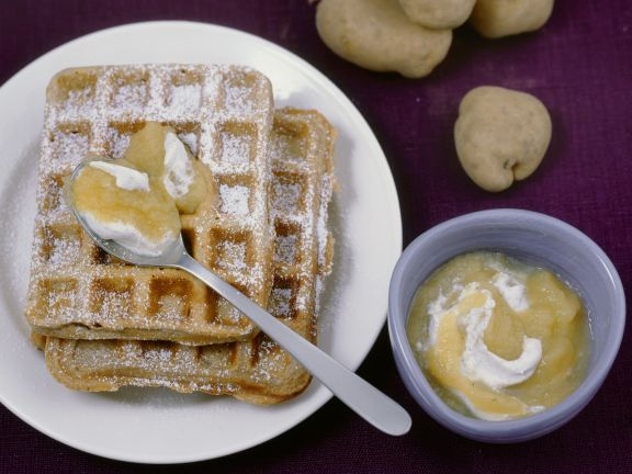 Süße Kartoffel-Nuss-Waffeln mit Apfelmus-Sahne
