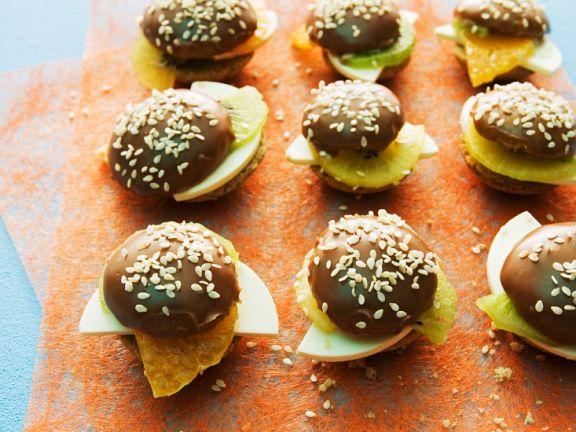 Süße Miniburger mit Kiwi, Mandarine und Frischkäse