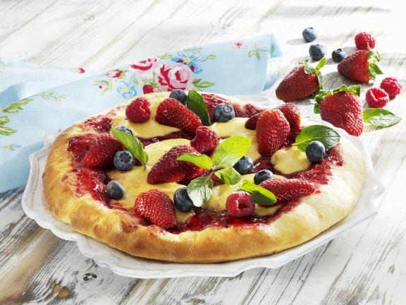 Süße Pizza mit Beeren