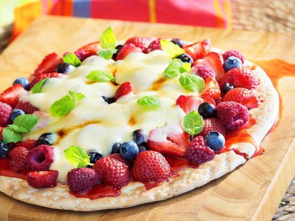 Süße Pizza mit gemischten Beeren