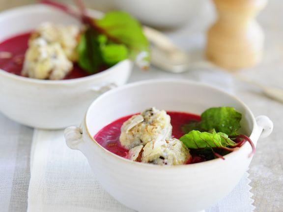Süße rote Suppe mit Polenta-Pflaumen-Klos