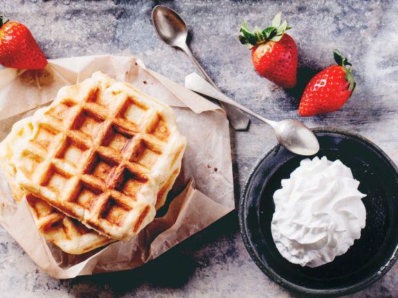 Süße Waffeln mit Erdbeeren