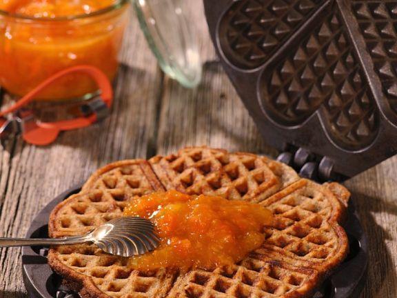 Süße Waffeln mit Orangenmarmelade