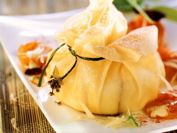 Süßer Camembert mit Teighülle und Aprikosen-Chutney
