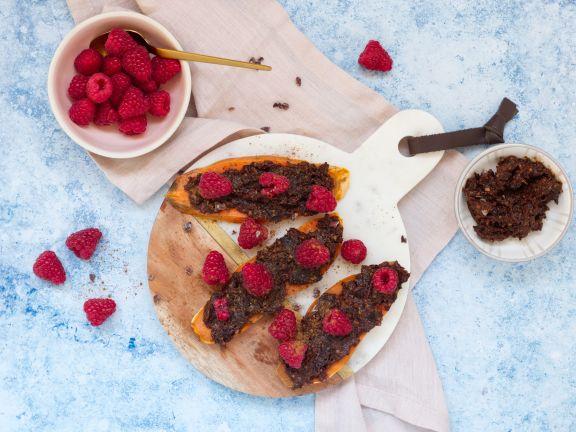Süßkartoffel-Toast mit Pflaumen-Kakao-Aufstrich und Beeren