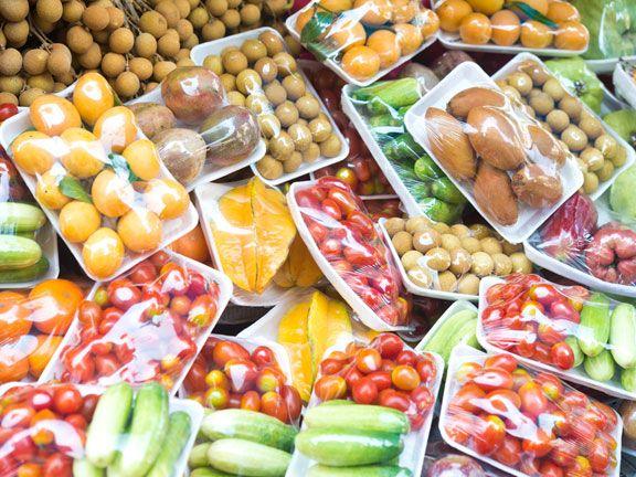 Verpacktes Obst und Gemüse in einem Supermarkt