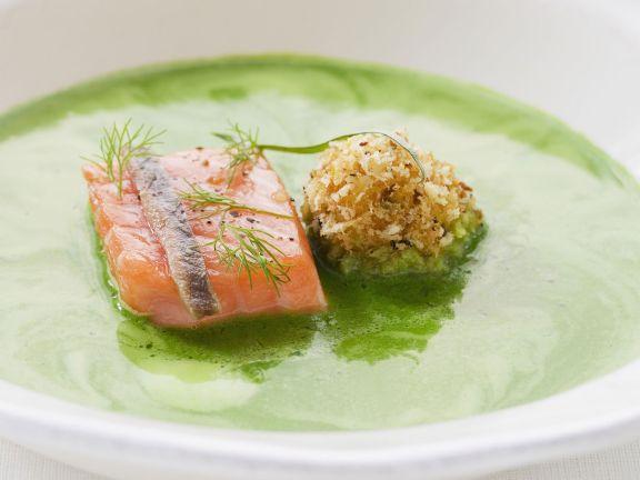 Suppe aus frischen Kräutern mit Lachs und Heringskrokette