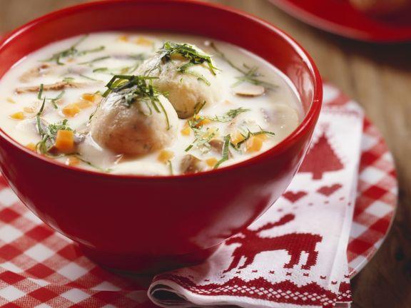 Suppe aus Gänseklein mit  Knödeln (Ganslsuppe)