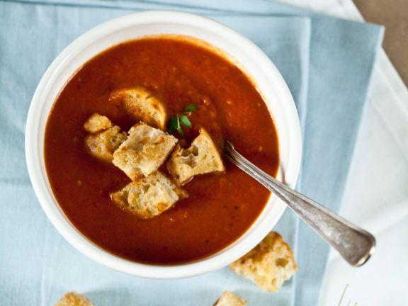 Suppe aus ofengeschmorten Pflaumentomaten mit Ciabatta-Croutons