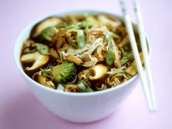 Suppe mit Eiernudeln, Gemüse, Pilzen und Huhn auf chinesische Art