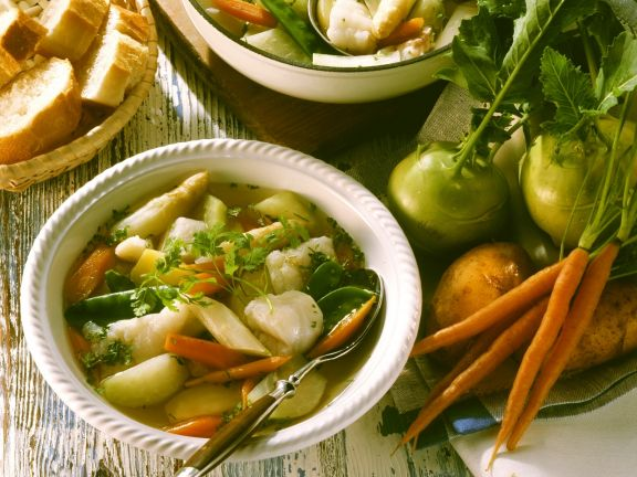 Suppe mit Fisch und Gemüse