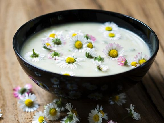 Suppe mit Gänseblümchen