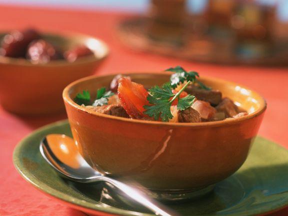 Suppe mit Lammfleisch und Datteln