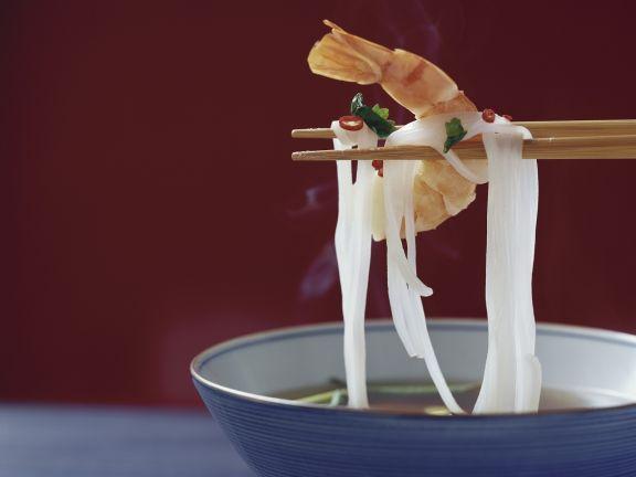 Suppe mit Reisnudeln und Shrimps