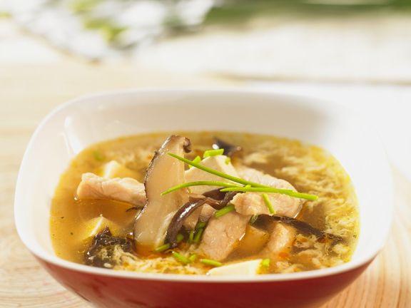 Suppe mit Schweinefleisch, Pilzen und Ei