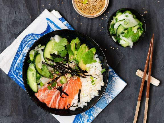 Sushi-Bowl mit Lachs und Avocado