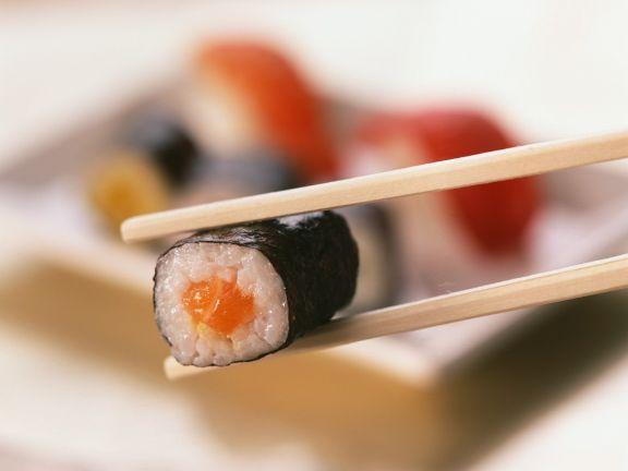 Sushi mit Lachs gefüllt