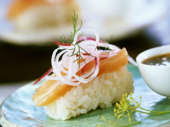 Sushi mit Lachs und Rettich
