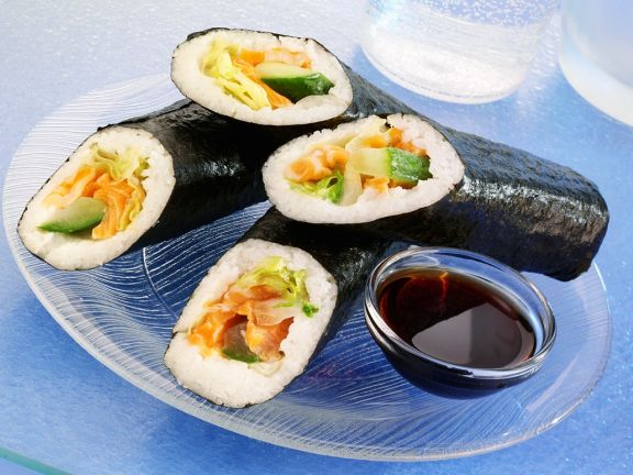 Sushi-Röllchen mit Lachs