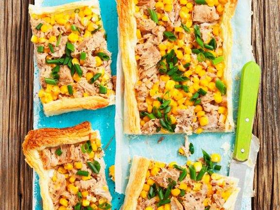 Tarte mit Blätterteig, Thunfisch und Maiskörnern
