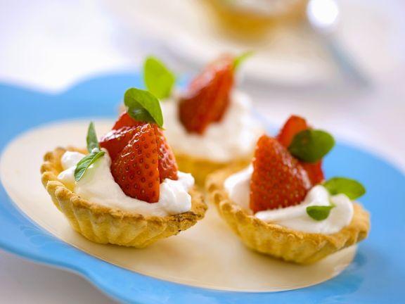 Tarteletts mit Joghurtcreme und Erdbeeren
