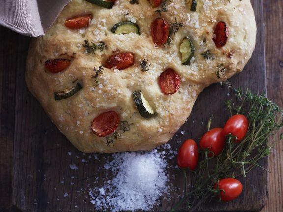 Teigfladen mit Tomaten und Zucchini