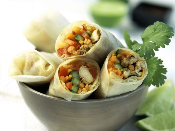 Teigröllchen mit Fleisch und Gemüse gefüllt