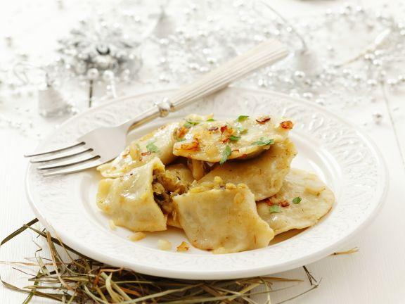 Teigtaschen nach polnischer Art gefüllt mit Sauerkraut und Pilzen