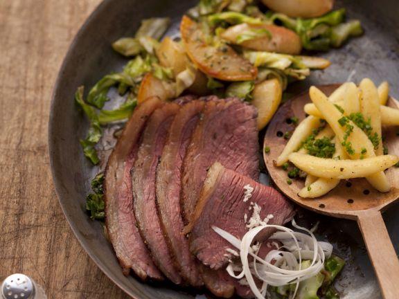 Tellerfleisch mit Birnen, Spitzkohl und Kartoffel-Nudeln