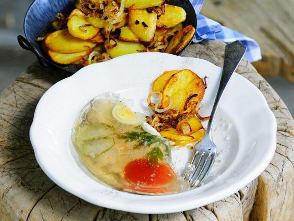 Tellersülze und Bratkartoffeln