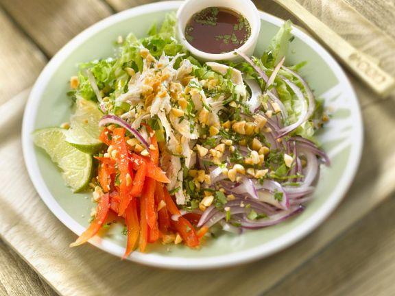 thai salat mit blattsalat paprika h hnchen minze erdn ssen und nuoc mam fischsauce rezept. Black Bedroom Furniture Sets. Home Design Ideas