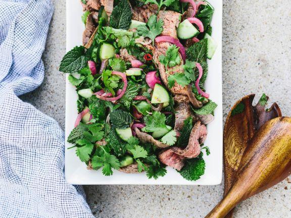 Thai-Steak-Salat mit Kräutern und Zwiebeln