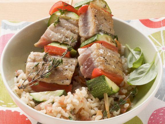 Thunfisch-Gemüse-Spieße auf Reis