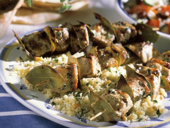 Thunfisch-Lorbeerspieße mit Couscous