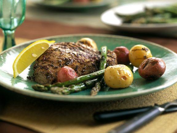 Thunfisch mit Pfeffermantel, Spargel und Kartoffeln