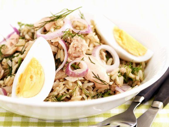 Thunfisch-Reissalat mit roten Zwiebeln und Ei