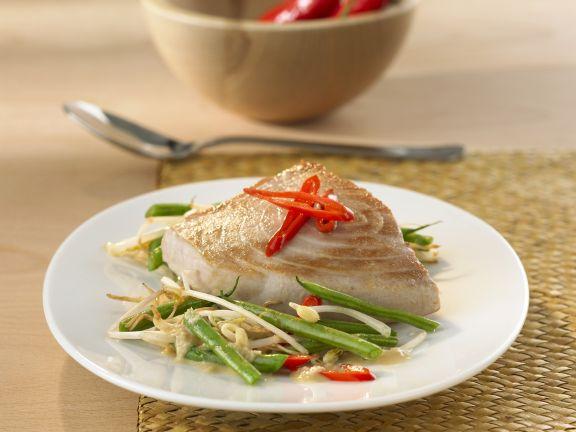 Thunfischsteak mit Sojasprossen, Chili und Bohnen