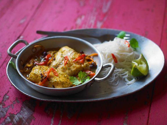 Tilapiafilet in Currysauce mit Reisnudeln
