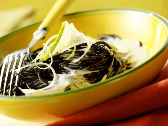 Tintenfisch-Spaghetti mit Ziegenkäsesoße und Limette