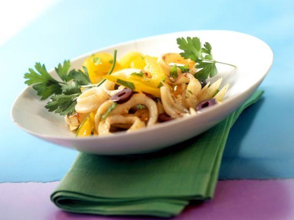 Tintenfischsalat nach portugiesischer Art mit Paprika und Oliven