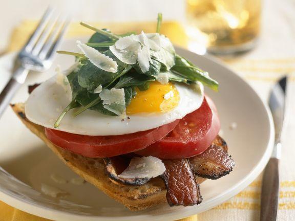 Toast mit Bacon, Tomate, Ei und Spinat