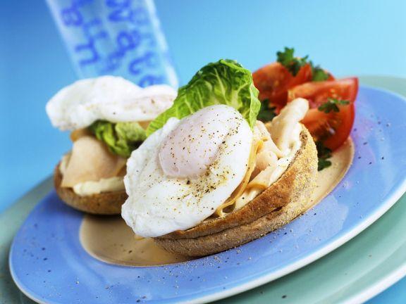 Toastie-Sandwich mit Ei, Schinken und Tomaten