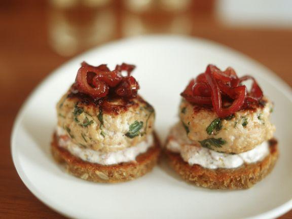 Toastis mit Meerrettich, roten Zwiebeln und Kalbsfrikadellen