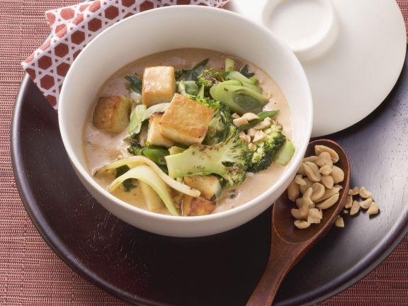 Tofu und Brokkoli in Erdnusssoße