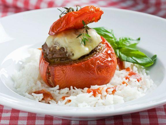 Tomate mit Hackfüllung und Reisbeilage