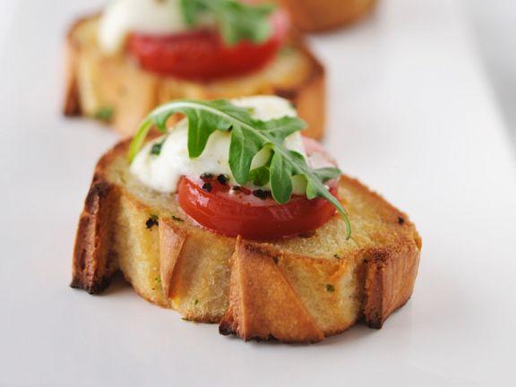 Tomate-Mozzarella auf Röstbrot
