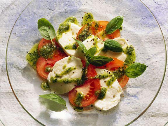 Tomate-Mozzarella mit Basilikumpesto