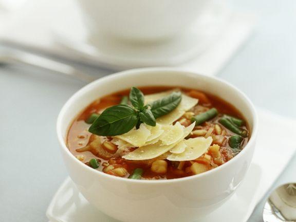 Tomaten-Gemüsesuppe mit Parmesan