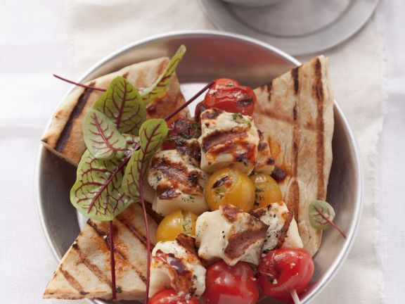Tomaten-Halloumi-Spieß mit Hummus-Dip