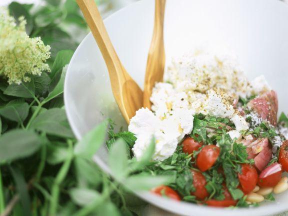 Tomaten-Kräutersalat mit Ziegenkäse